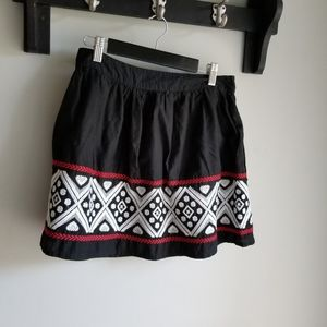 👗 BLACK MINI SKIRT WITH EMBROIDERY DETAIL.